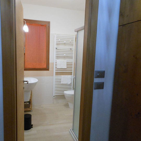 Camera arancione bagno